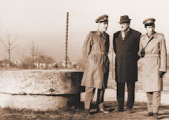 """1969, la Târgu Jiu, căpitanul I. Lotreanu cu șeful său de la """"Viața militară"""", colonelul Dumitru Rădulescu, încadrându-l pe scriitorul Niculae Briceag."""