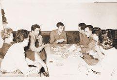 """La Sarajevo, în iulie 1969, căpitanul Lotreanu, în uniformă militară, alături de colonelul Rădulescu, în compania unor jurnalişti militari iugoslavi, în redacţia unei gazete ostăşeşti a armatei din ţara """"vecină şi prietenă""""."""