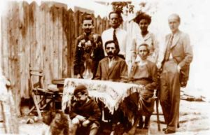 Ștefan și Floarea Cârmaciu (la masă), Milica (mama) în mijloc sus