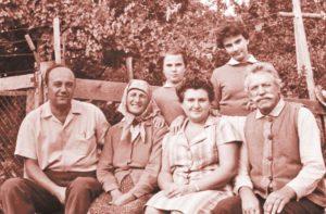 Familia prof. dr. docent ing. Vasile Nitu, cu soția, Coca, fiicele, Puica și Raluca, și părinții săi, Paraschiva și Ioan Nitu, 1973, în curtea casei părintești la Oniceni, Suceava