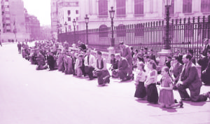 Românii se roagă pentru dezrobirea Basarabiei în Piața Palatului. Foto Willy Pragher